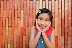 Portret van Leuke Aziatische vrouw met muur royalty-vrije stock foto's
