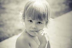 Portret van leuke denkende Kaukasische blonde baby gir Stock Afbeelding