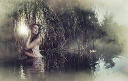 Portret van leuke en kalme vrouw Stock Foto