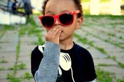 Portret van leuke gemengde Afrikaanse Amerikaanse jongen in grappige sunglases royalty-vrije stock fotografie