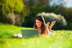 Portret van leuke jonge vrouwen met laptop stock afbeelding