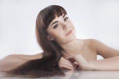 Portret van Leuke Kaukasische Vrouwelijke Donkerbruine Vrouw Stock Afbeeldingen