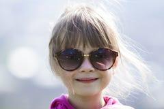 Portret van leuke mooi weinig blond peutermeisje in roze swea Stock Fotografie