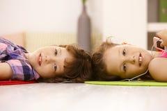 Portret van leuke schoolmeisjes die aan muziek luisteren Royalty-vrije Stock Afbeeldingen