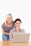 Portret van leuke vrouwen met laptop Royalty-vrije Stock Foto