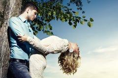 Portret van liefdepaar omhelzen openlucht in park Stock Afbeeldingen