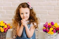 Portret van litllemeisje onder bloemenboeketten Stock Foto