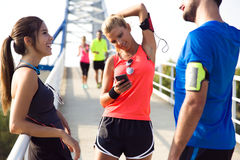 Portret van lopende mensen die pret in het park met mobiele ph hebben Stock Fotografie