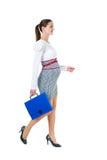 Portret van lopende zwangere onderneemster met documentgeval Royalty-vrije Stock Foto's