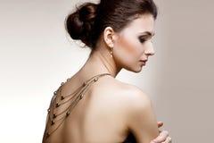 Portret van luxevrouw in exclusieve juwelen op natuurlijke backgro Royalty-vrije Stock Foto