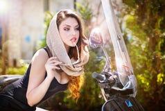 Portret van manier aantrekkelijk meisje met headscarf en zonnebril naast een oude autoped royalty-vrije stock foto