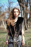 Portret van manier jonge vrouw in het de lente of de herfstpark stock foto