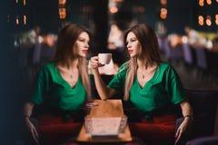 Portret van Manier modieuze sexy van de jonge vrouw van het hipsterblonde, elegante dame, groene hoogste en rode rok, koel meisje Stock Foto's