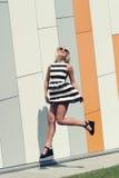Portret van in maniermeisje in zonnebril Stock Foto