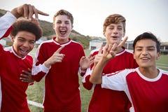 Portret van Mannelijk Middelbare schoolvoetbal Team Celebrating royalty-vrije stock afbeelding