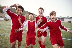 Portret van Mannelijk Middelbare schoolvoetbal Team Celebrating royalty-vrije stock afbeeldingen