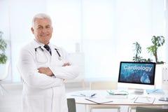 Portret van mannelijke arts in laag op het werk Stock Fotografie