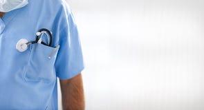 Portret van mannelijke arts met stethoscoop Stock Afbeeldingen