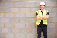 Portret van Mannelijke Bouwvakker On Building Site Royalty-vrije Stock Foto