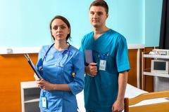 Portret van mannelijke en vrouwelijke arts in eenvormig met phonendoscope royalty-vrije stock foto