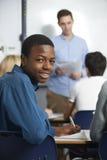 Portret van Mannelijke Tienerleerling in Klasse stock afbeelding