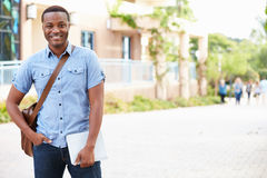 Portret van Mannelijke Universitaire Student Outdoors On Campus stock afbeelding