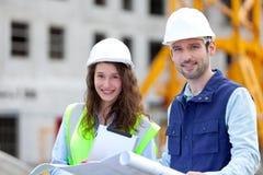 Portret van medewerkers op een bouwwerf Royalty-vrije Stock Foto