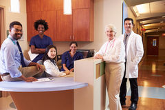 Portret van Medisch Personeel bij de Post van de Verpleegster in het Ziekenhuis royalty-vrije stock afbeeldingen