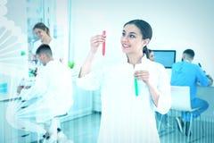 Portret van medische student met reageerbuizen in modern wetenschappelijk laboratorium, royalty-vrije stock afbeelding