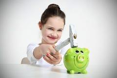 Portret van meisje brekend spaarvarken Stock Fotografie