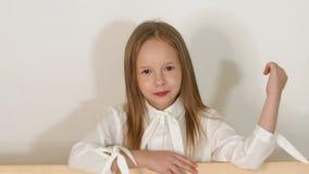 Portret van meisje dichtbij de eco-bank in de Studio met een witte achtergrond stock video