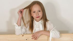 Portret van meisje dichtbij de eco-bank in de Studio met een witte achtergrond stock videobeelden