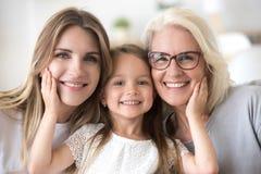 Portret van meisje die mamma en grootmoeder koesteren die familiepictu maken royalty-vrije stock afbeeldingen