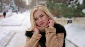Portret van meisje in een bontjas in het de winterpark stock video