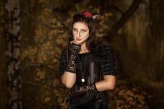 Portret van meisje een klok op ketting stock foto's
