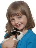 Portret van meisje en haar huisdier een proefkonijn Royalty-vrije Stock Fotografie