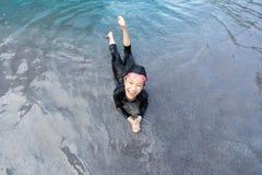 Portret van meisje het ontspannen in zwembad, meisje die in zwempak van het water genieten stock foto