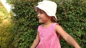 Portret van meisje in het park in de zomer stock videobeelden