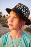 Portret van meisje met gouden haarclose-up in een zwarte hoed Een meisje bewondert de zonsondergang Laszoutmeren, Torrevieja, Spa Stock Afbeeldingen