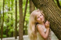 Portret van meisje met lang blond haar stock afbeelding