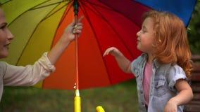 Portret van meisje met multicolored regenboogparaplu stock video