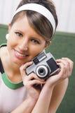 Retro vrouw met ouderwetse camera Royalty-vrije Stock Afbeelding