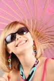 Portret van meisje met roze paraplu Stock Fotografie