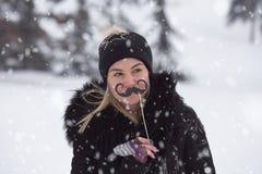 Portret van meisje met snordocument steunen op sneeuwdag stock afbeelding