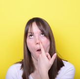 Portret van meisje met vinger in haar neus Stock Fotografie