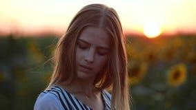 Portret van meisje op het gebied bij zonsondergang draaiend gezicht stock video
