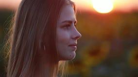 Portret van meisje op het gebied bij zonsondergang stock video