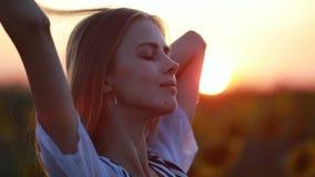 Portret van meisje op het gebied bij zonsondergang stock videobeelden
