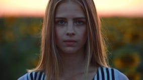 Portret van meisje op het gebied bij zonsondergang het openen ogen stock video