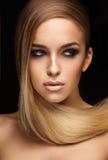 Portret van meisje op zwarte achtergrond Royalty-vrije Stock Foto's